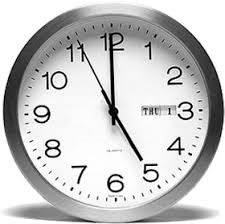 obrazek przedstawia zegar. Na zegarze godzina 17-ta.